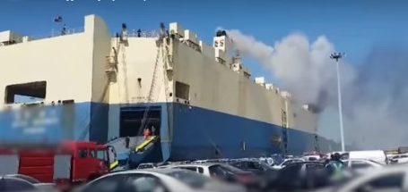 Πυρκαγιά σε πλοίο μεταφοράς αυτοκινήτων (VID)