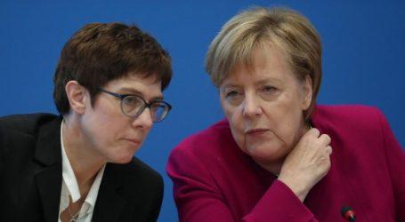 Γερμανία | Δημοσκόπηση: Άνετη επικράτηση της εκλεκτής της Μέρκελ για την ηγεσία του CDU – Πτώση για τους 2 υποψήφιους που πρόσκεινται στον Σόιμπλε
