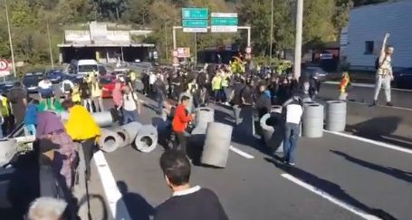 "(VID) Γαλλία: Σοβαρά επεισόδια με τα ""κίτρινα γιλέκα"" σε Παρίσι και Τουλούζη"