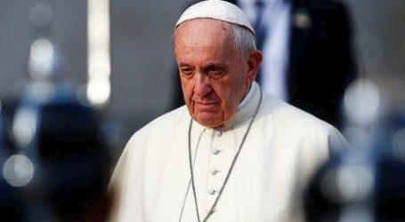 Ο πάπας Φραγκίσκος έκανε δεκτούς πρόσφυγες που έφτασαν από την Λέσβο