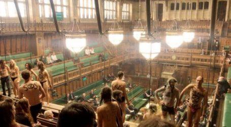 Βρετανία: Ημίγυμνο χάπενινγκ στη Βουλή για την Κλιματική Αλλαγή, την ώρα που συζητείτο το Brexit