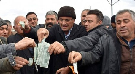 Παροξυσμός: Καίνε δολάρια στην Τουρκία