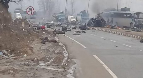 Ινδία: Τουλάχιστον 44 αστυνομικοί νεκροί από επίθεση βομβιστή αυτοκτονίας