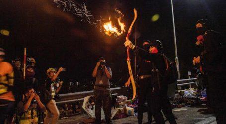 Μολότοφ και φλεγόμενα βέλη κατά αστυνομικών στο Χονγκ Κονγκ – Απειλεί ανοικτά με χρήση πραγματικών πυρών η αστυνομία