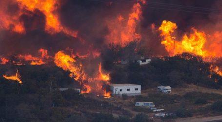(VID) Εικόνες αποκάλυψης στην Καλιφόρνια από τις πυρκαγιές | Εκκένωση δεκάδων χιλιάδων οικιών