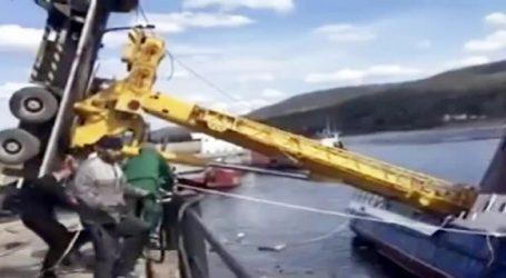 (VID) Καταστροφική επιχείρηση ανύψωσης μεγάλου σκάφους από γερανό