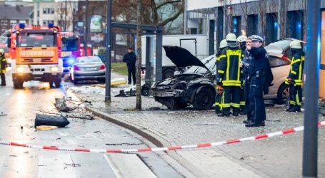Αυτοκίνητο έπεσε πάνω σε πεζούς που περίμεναν σε στάση λεωφορείου στη Γερμανία – Μια γυναίκα νεκρή