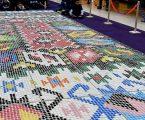 Χαλί φτιαγμένο με 25.000 πλαστικά καπάκια για την Παγκόσμια Ημέρα Ανακύκλωσης