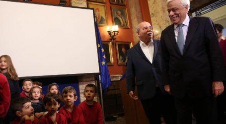 Ασυνόδευτα προσφυγόπουλα υποδέχτηκαν ο ΠτΔ και ο Πρόεδρος της Βουλής