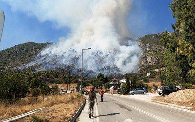 Μαίνεται η φωτιά από χθες στο Λουτράκι